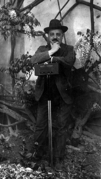 José Regueira y su cámara Panoram 4 de Kodak. Archivo Regueira. Filmoteca de Castilla y León. © Derechos reservados