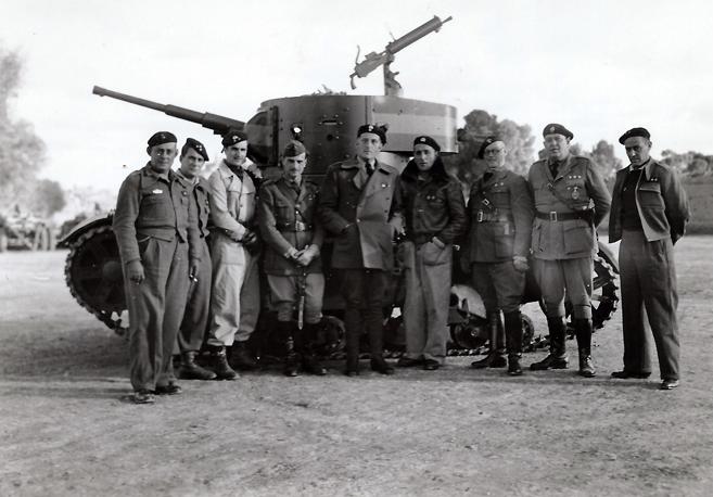 El teniente coronel Von Thoma, de la Legión Condor, ante un tanque republicano capturado. 1936-1939. R. Kallmeyer. Archivo Arqueología de Imágenes.