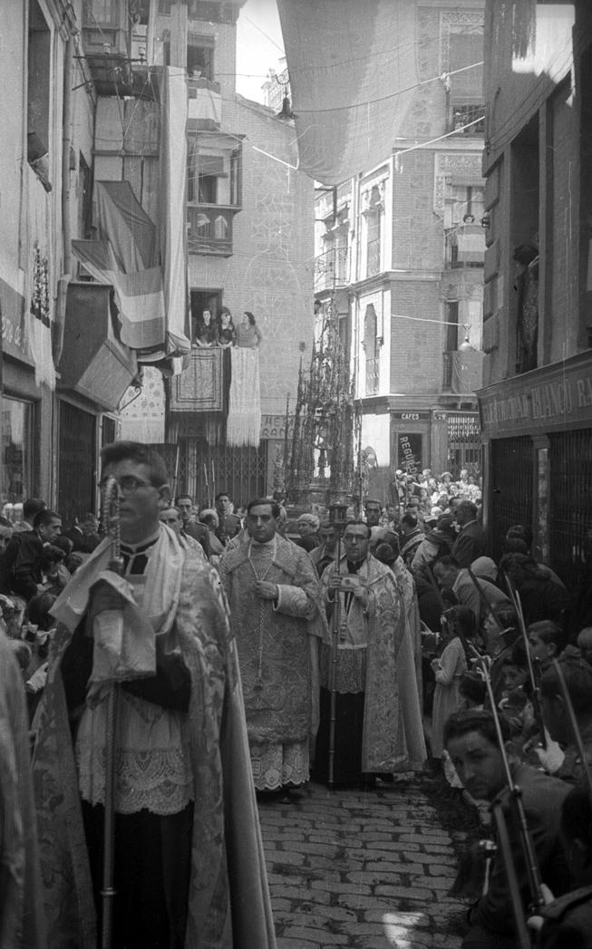 Procesión del Corpus. Toledo. 1955. R. Kallmeyer. Archivo Arqueología de Imágenes.