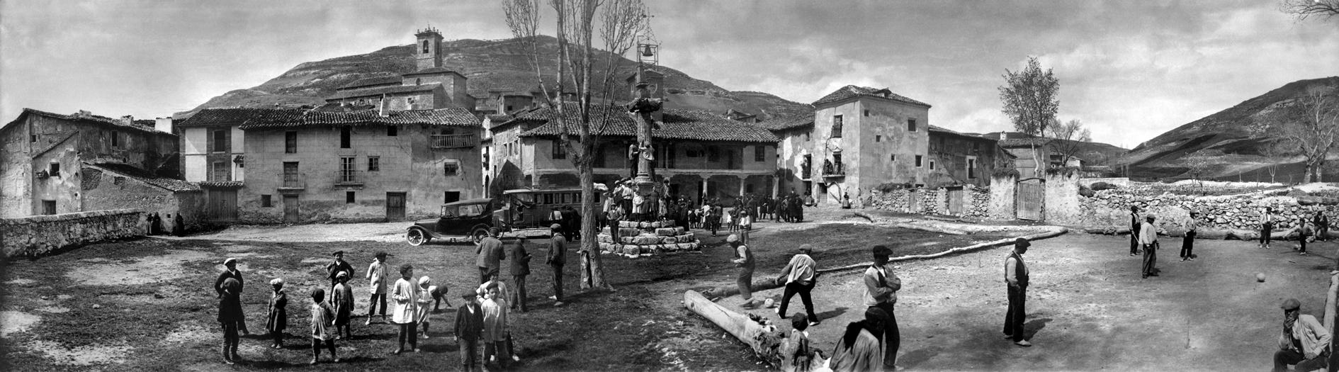 Lupiana (Guadalajara). Plaza Mayor. Octubre de 1921. Archivo Regueira. Filmoteca de Castilla y León. ©Derechos reservados.