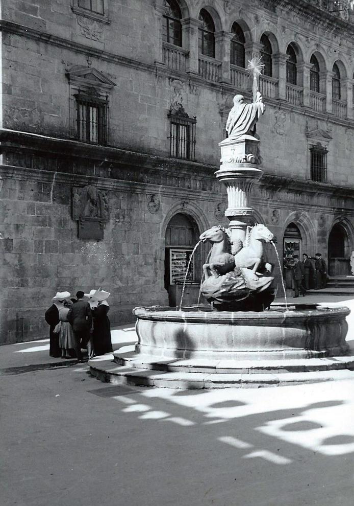 Fuente de Platerías. Santiago de Compostela. Años 50. R. Kallmeyer. Archivo Arqueología de Imágenes.