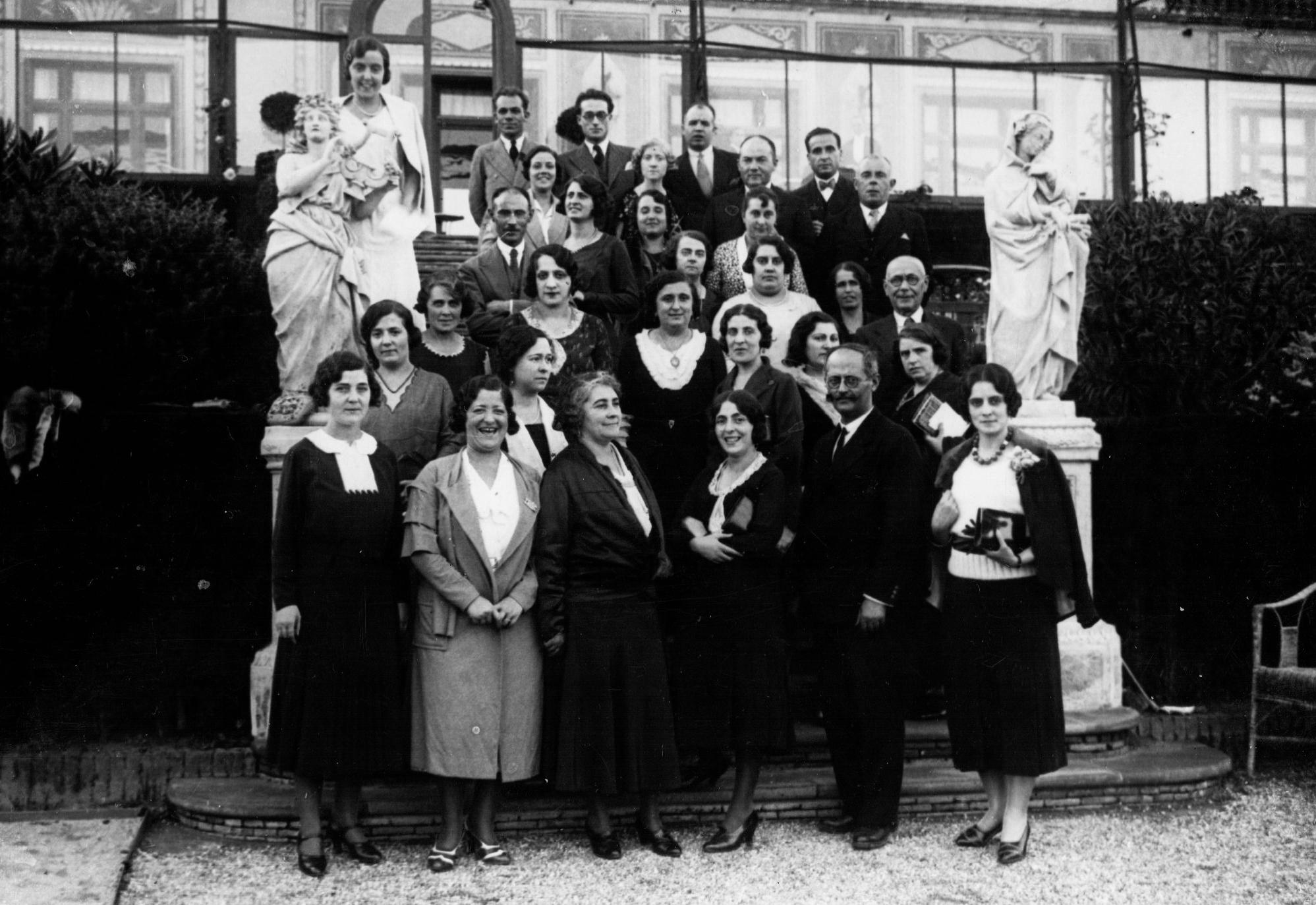 Pablo de A. Cobos (fila superior, primero por la izquierda) y Enriqueta Castellanos (primera fila, cuarta por la izquierda) junto con otros maestros en Barcelona. Barcelona, 1931. Archivo Enriqueta Castellanos.