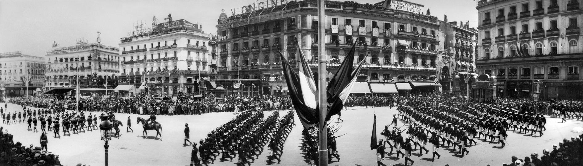 Desfile militar con motivo del recibimiento al rey de Italia Víctor Manuel III, el 13 de junio de 1924, en la Puerta del Sol. Archivo Regueira. Filmoteca de Castilla y León. ©Derechos reservados.
