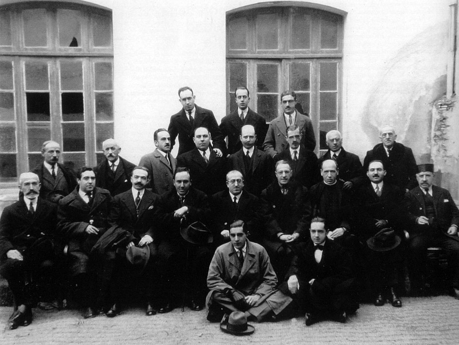 Claustro de profesores del Instituto de Segovia del curso 1924-25. El poeta, sentado, cuarto por la izquierda. Academia de Historia y Arte de San Quirce