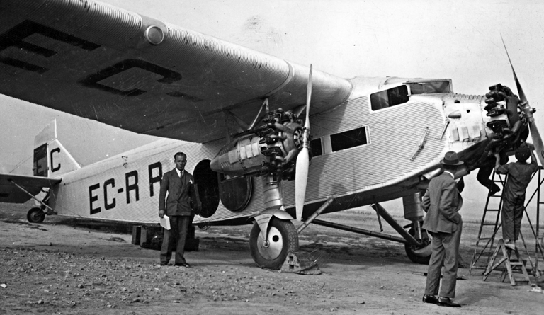 Cobos, en un viaje, probablemente Madrid-Barcelona. A la derecha, de espaldas, Norberto Hernánz. Hacia 1931. Archivo Enriqueta Castellanos.