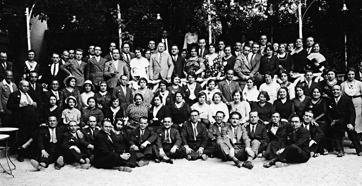 Un nutrido grupo de maestros y maestras republicanas en la Casa Juan Bombilla, merendero de la Dehesa de la Villa, Madrid, 1932-1935. Foto Escudero. Archivo Enriqueta Castellanos.