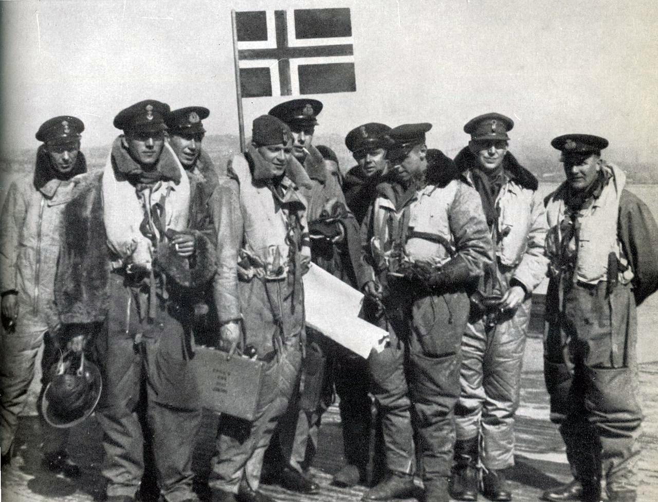 Nordahl Grieg, segundo por la derecha, miembro de la RAF durante la II Guerra Mundial.