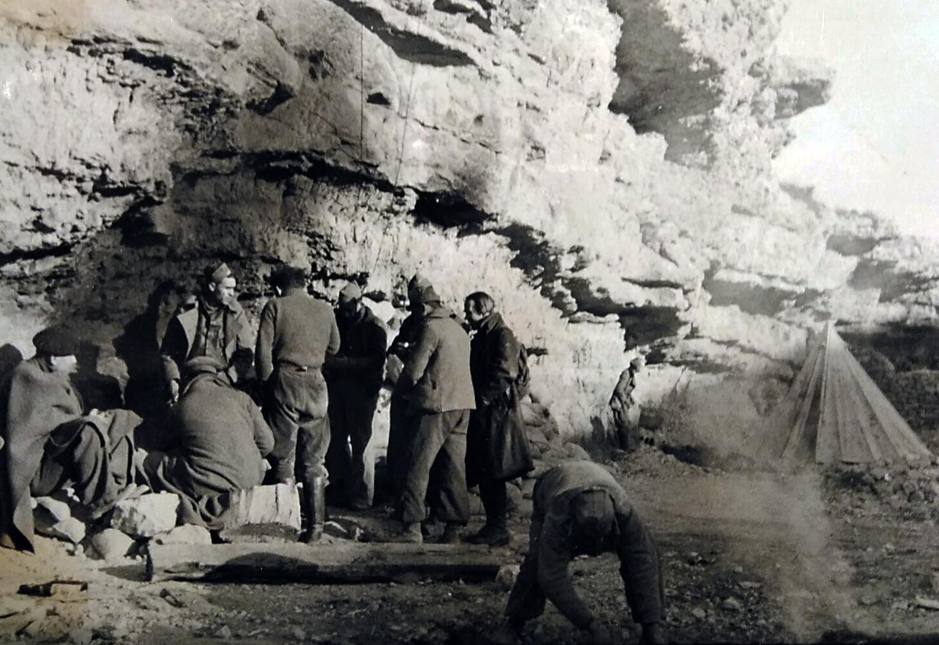 Walter Reuter, con abrigo oscuro a la derecha, en el puesto de mando de la 100 Brigada. Frente de Teruel, diciembre de 1937. BNE.