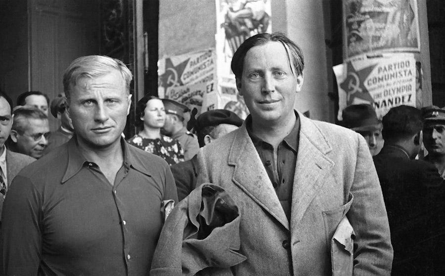 Nordahl Grieg y el escritor danés Sigvard Lund, a la salida de las sesiones del Congreso de Escritores. Ayuntamiento de Valencia, 4-10 de julio de 1937. Fondo Guillermo Fernández Zúñiga. Foto Walter Reuter.