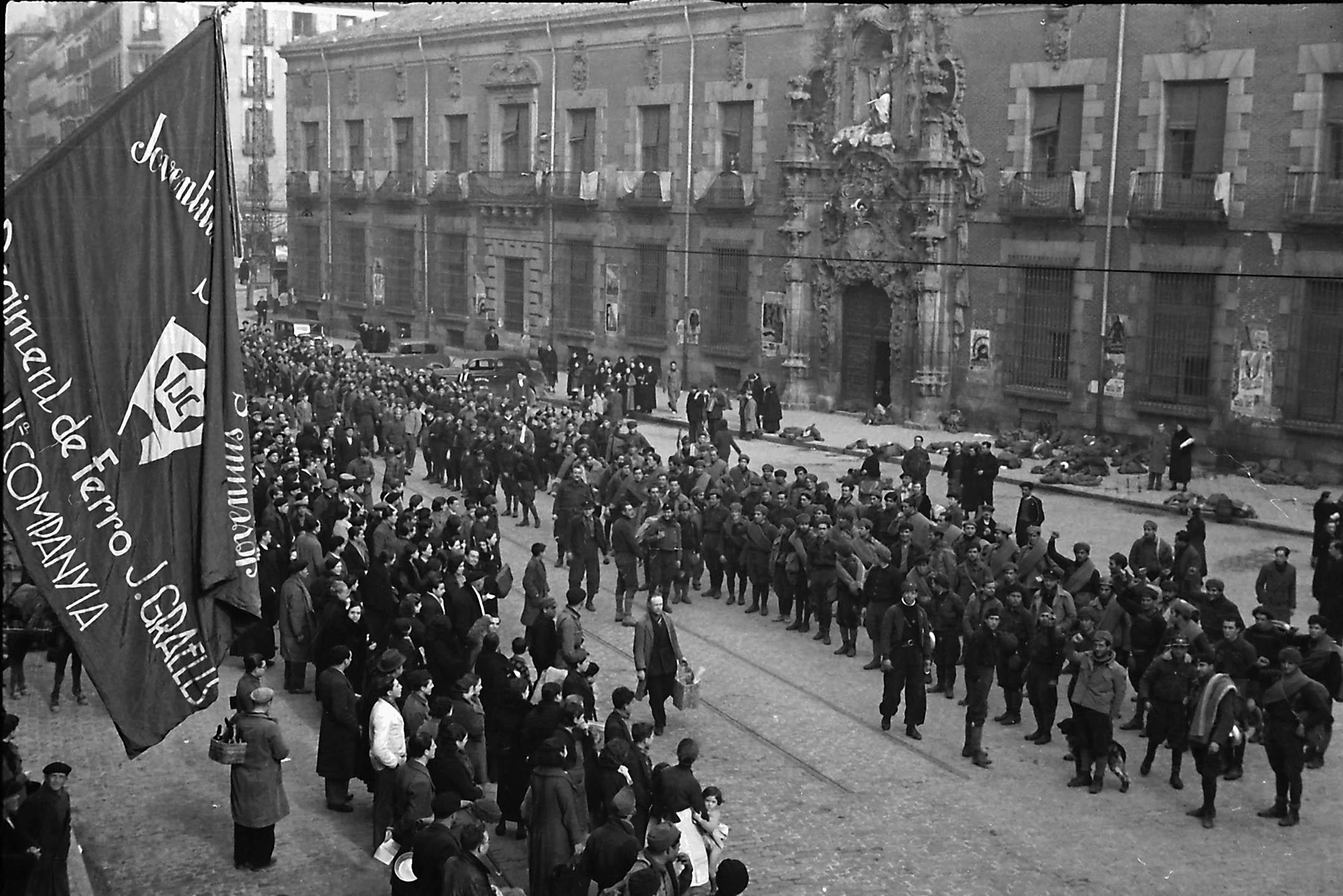 Batallón Jaume Graells, de las JSU catalanas, llegados a Madrid para su defensa. Calle Fuencarral, antiguo Hospicio, Madrid, principios de febrero de 1937. Walter Reuter. CDMH.