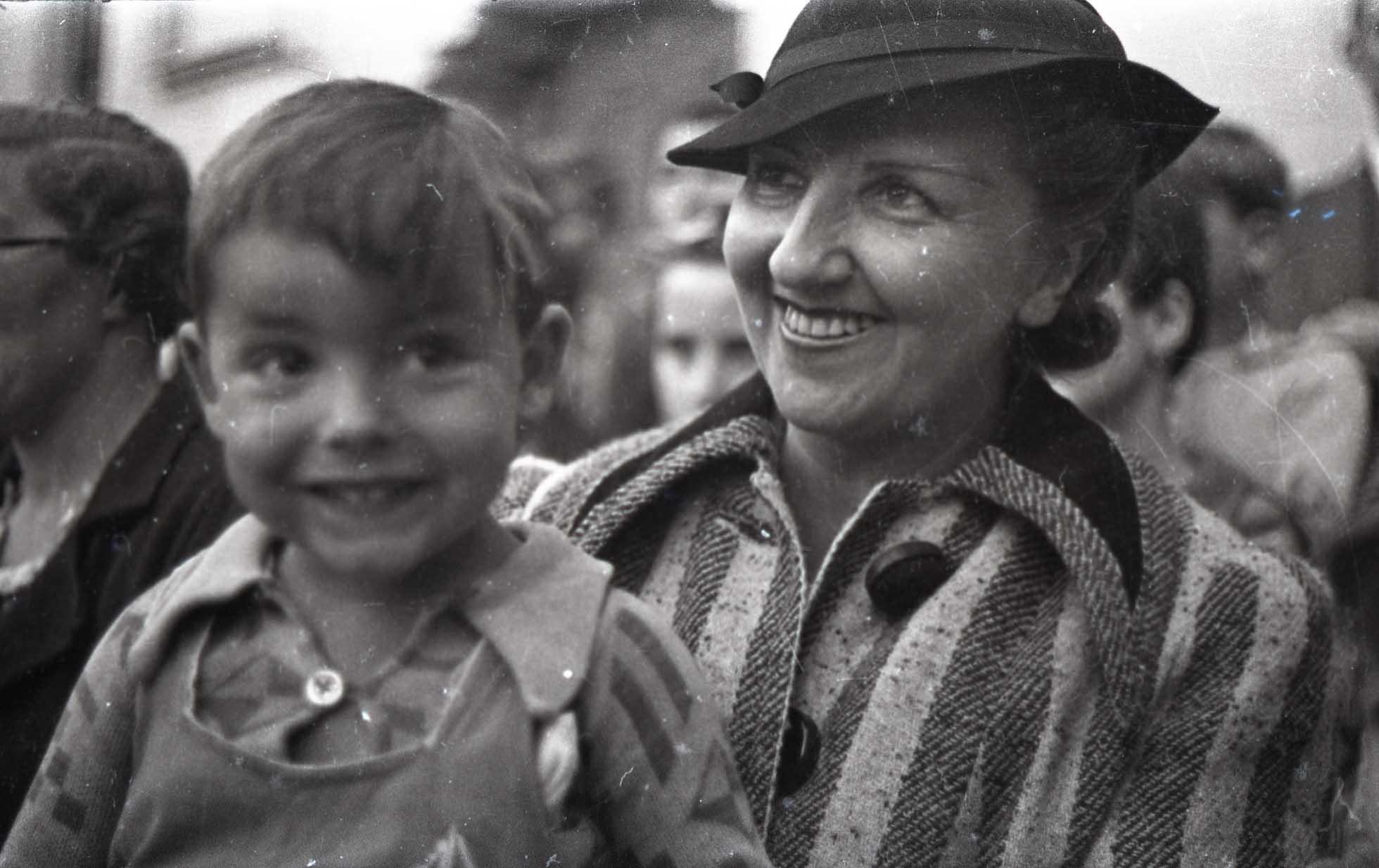 "Dolores Rivas Cherif, esposa de Manuel Azaña, con el niño ""Chencho"" Sans Yañez. Colonia Sueca de Teiá. Barcelona, 1938. Walter Reuter. ©Fondo Guillermo Fernández Zúñiga."